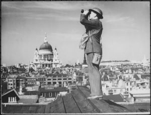 Aircraft_spotter_on_the_roof_of_a_building_in_London._St._Paul's_Cathedral_is_in_the_background_-_NARA_-_541899